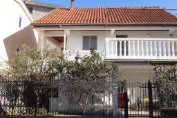 Фасад дома. Черногория, Добра Вода : Уютный дом с зеленым садом наделко от пляжа, 4 спальни, 3 ванные комнаты, барбекю, парковка