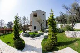 Фасад дома. Черногория, Риека Режевичи : Роскошная вилла с бассейном и зеленой лужайкой, 3 спальни, 3 ванные комнаты, парковка, Wi-Fi