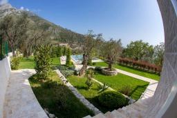 Территория. Черногория, Риека Режевичи : Роскошная вилла с бассейном и зеленой лужайкой, 3 спальни, 3 ванные комнаты, парковка, Wi-Fi
