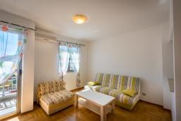 Гостиная. Черногория, Будва : Апартамент с большой гостиной, тремя спальнями и балконом