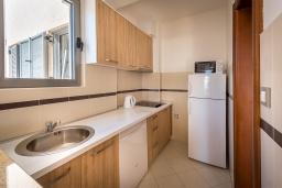 Кухня. Черногория, Будва : Апартамент с большой гостиной, тремя спальнями и балконом