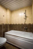 Ванная комната. Черногория, Будва : Апартамент с большой гостиной, тремя спальнями и балконом