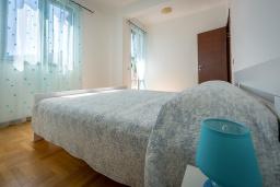 Спальня. Черногория, Будва : Апартамент с большой гостиной, тремя спальнями и балконом