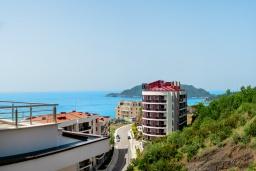 Вид на море. Черногория, Бечичи : Современный апартамент с гостиной, отдельной спальней и балконом с видом на море