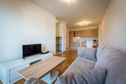 Гостиная. Черногория, Бечичи : Современный апартамент с гостиной, отдельной спальней и балконом с видом на море