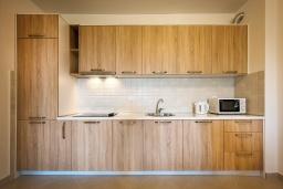 Кухня. Черногория, Бечичи : Современный апартамент с гостиной, отдельной спальней и балконом с видом на море