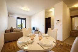 Обеденная зона. Черногория, Бечичи : Современный апартамент с гостиной, отдельной спальней и балконом с видом на море