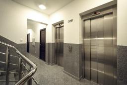 Коридор. Черногория, Бечичи : Современный апартамент с гостиной, отдельной спальней и балконом с видом на море