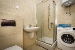 Ванная комната. Черногория, Бечичи : Современный апартамент с гостиной, отдельной спальней и балконом с видом на море