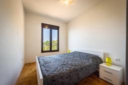 Спальня. Черногория, Бечичи : Современный апартамент с гостиной, отдельной спальней и балконом с видом на море