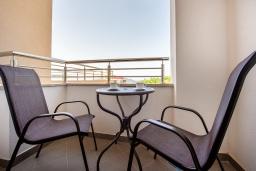 Балкон. Черногория, Бечичи : Современный апартамент с гостиной, отдельной спальней и балконом с видом на море