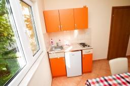 Кухня. Черногория, Костаньица : Апартамент для 4 человек, с отдельной спальней, с балконом с шикарным видом на залив, 10 метров до моря