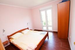 Спальня. Черногория, Костаньица : Апартамент для 4 человек, с отдельной спальней, с балконом с шикарным видом на залив, 10 метров до моря