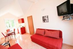 Гостиная. Черногория, Костаньица : Апартамент с отдельной спальней, с балконом с шикарным видом на залив, 10 метров до моря