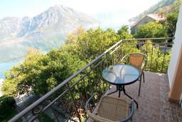 Балкон. Черногория, Костаньица : Апартамент с отдельной спальней, с балконом с шикарным видом на залив, 10 метров до моря