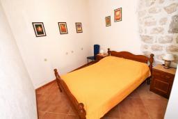 Спальня. Черногория, Пераст : Апартамент с отдельной спальней, с большой общей террасой с видом на залив, 50 метров до моря