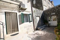 Терраса. Черногория, Пераст : Апартамент с отдельной спальней, с большой общей террасой с видом на залив, 50 метров до моря