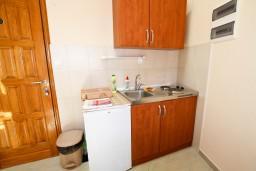 Кухня. Черногория, Пераст : 2-х этажный апартамент с отдельной спальней, с большой общей террасой с видом на залив, 50 метров до моря