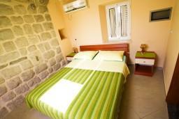 Спальня. Черногория, Пераст : 2-х этажный апартамент с отдельной спальней, с большой общей террасой с видом на залив, 50 метров до моря