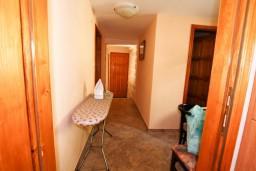 Коридор. Черногория, Пераст : 2-х этажный апартамент с отдельной спальней, с большой общей террасой с видом на залив, 50 метров до моря
