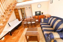 Гостиная. Черногория, Пераст : 2-х этажный апартамент для 2-4 человек, с отдельной спальней, с большой общей террасой с видом на залив, 50 метров до моря