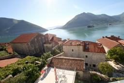 Вид на море. Черногория, Пераст : 2-х этажный апартамент с отдельной спальней, с большой общей террасой с видом на залив, 50 метров до моря