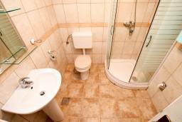 Ванная комната. Черногория, Прчань : Студия с террасой с шикарным видом на море, возле пляжа