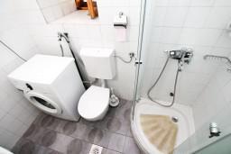 Ванная комната. Черногория, Прчань : Апартамент для 4-6 человек, 2 отдельные спальни, возле моря