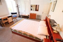 Спальня. Черногория, Прчань : Апартамент для 4-5 человек, 2 отдельные спальни, возле моря