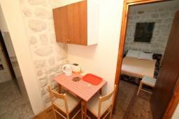 Кухня. Черногория, Прчань : Апартамент для 4-5 человек, 2 отдельные спальни, возле моря