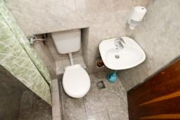 Ванная комната. Черногория, Прчань : Апартамент для 4-5 человек, 2 отдельные спальни, возле моря