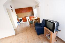 Гостиная. Черногория, Прчань : Апартамент для 4-5 человек, 2 отдельные спальни, 2 ванные комнаты, с балконом с шикарным видом на залив, 100 метров до моря