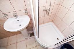 Ванная комната 2. Черногория, Прчань : Апартамент для 4-5 человек, 2 отдельные спальни, 2 ванные комнаты, с балконом с шикарным видом на залив, 100 метров до моря