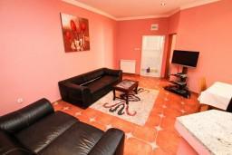 Гостиная. Черногория, Рисан : Апартамент с отдельной спальней, возле моря