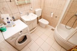 Ванная комната. Черногория, Рисан : Апартамент с отдельной спальней, возле моря