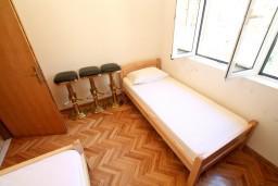 Спальня 3. Черногория, Рисан : Этаж дома для 6-8 человек, 3 отдельные спальни, с балконом с шикарным видом на залив, возле моря