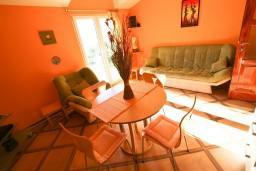 Гостиная. Черногория, Рисан : Апартамент с отдельной спальней, с балконом с шикарным видом на море