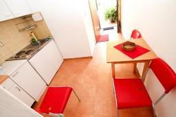Кухня. Черногория, Рисан : Студия с общей террасой, 30 метров до моря
