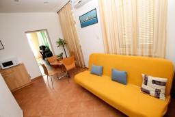 Гостиная. Черногория, Рисан : Апартамент с отдельной спальней, с общей террасой, 30 метров до моря