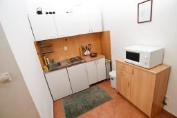 Кухня. Черногория, Рисан : Апартамент с отдельной спальней, с общей террасой, 30 метров до моря