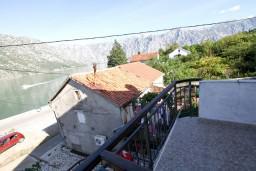 Балкон. Черногория, Столив : Апартамент с отдельной спальней, с балконом с видом на залив, 20 метров до моря
