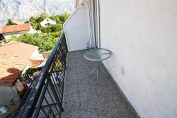 Балкон. Черногория, Столив : Апартамент с отдельной спальней, с балконом с шикарным видом на залив, 20 метров до моря