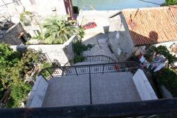Территория. Черногория, Столив : Апартамент с отдельной спальней, с балконом с шикарным видом на залив, 20 метров до моря