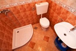 Ванная комната. Черногория, Столив : Студия с террасой, 20 метров до моря