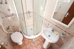Ванная комната. Черногория, Столив : Студия с балконом с шикарным видом на залив, возле пляжа