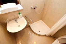 Ванная комната. Черногория, Котор : Апартамент в Которе с отдельной спальней в 50 метрах от моря