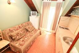 Гостиная. Черногория, Котор : Апартамент с отдельной спальней, с балконом, 50 метров до моря