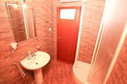 Ванная комната. Черногория, Котор : Апартамент с отдельной спальней, с балконом, 50 метров до моря