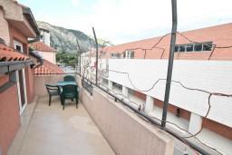 Балкон. Черногория, Котор : Апартамент с отдельной спальней, с балконом, 50 метров до моря