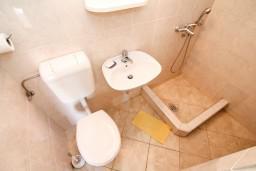 Ванная комната. Черногория, Столив : Студия с террасой с видом на залив, возле моря